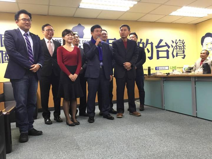民進黨秘書長洪耀福今天偕同副秘書長李俊毅及發言人群,舉行新春團拜,並發給黨中央100多位黨工與志工,總數約6萬元餘元的開工紅包。記者周佑政/攝影