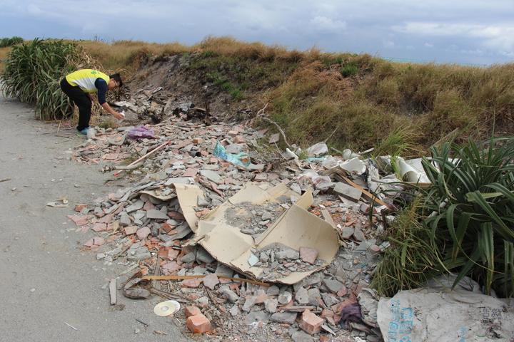 太平溪出海口以南的岸際空地與產業道路被丟了大量建築廢棄物與家戶垃圾,縣議員洪宗楷發現時十分憤怒。記者李蕙君/攝影