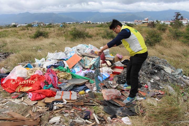 大量建築廢棄物與家戶垃圾被丟在台東海濱岸際,而且連內衣等衣物都有。記者李蕙君/攝影