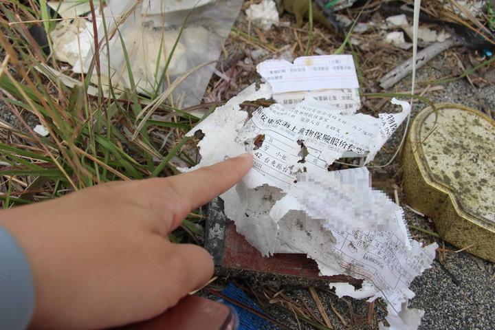 被隨意丟棄的家戶垃圾中,不乏可看出個資的帳單。記者李蕙君/攝影