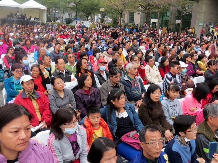 「迎向新生音樂會」,請來知名歌手演唱,大批民眾觀賞。記者周宗禎/攝影