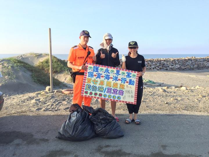 藍怡珊(右)跟同事王芷芸(中)去年展開環島淨灘,來到彰化時遇到同事。圖/藍怡珊提供