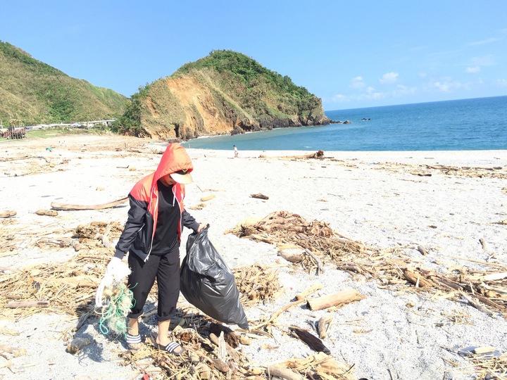 在宜蘭南方澳淨灘撿拾廢棄漁網。圖/藍怡珊提供