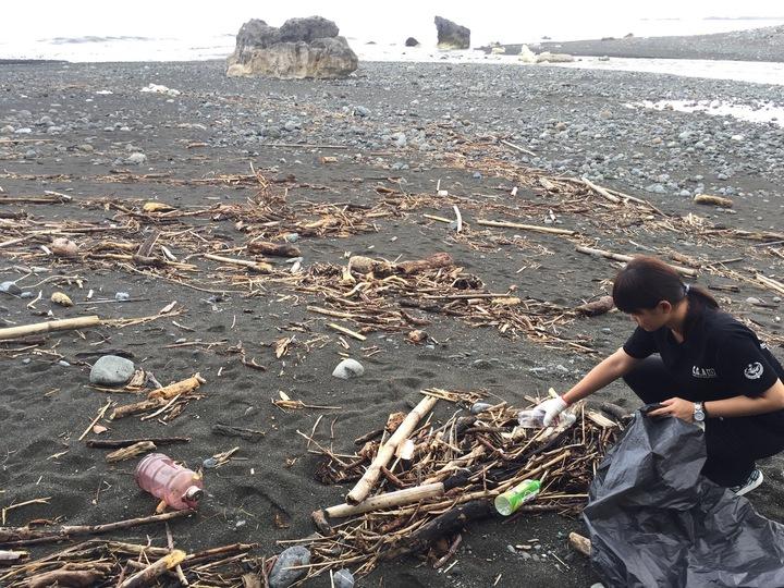 藍怡珊跟同事王芷芸去年展開環島淨灘,第一站到台東太麻里。圖/藍怡珊提供
