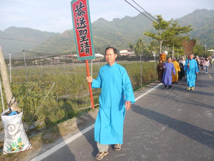 廣善堂循傳統舉辦字紙祭,聖蹟會成員舉執事牌帶領隊伍出發。記者徐白櫻/攝影
