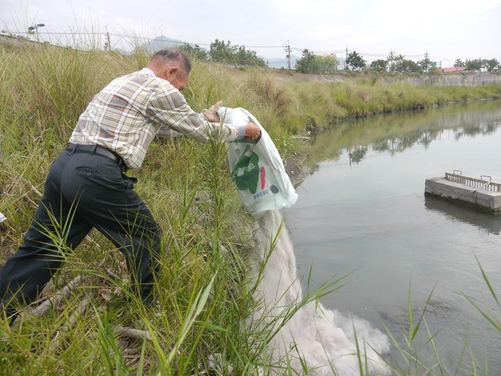 祭拜儀式後,廣善堂聖蹟會成員將字紙灰倒入美濃溪。記者徐白櫻/攝影