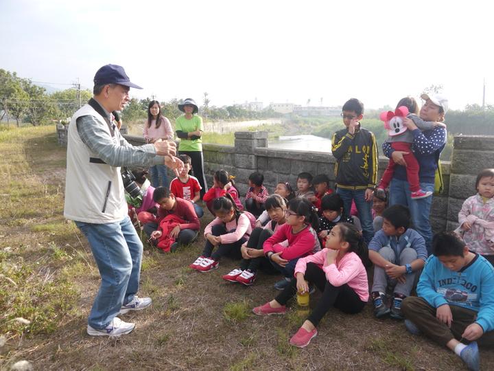 東門國小學生參加活動,專心聆聽文史工作者謝宜文(左一)講述字紙祭的意義。記者徐白櫻/攝影