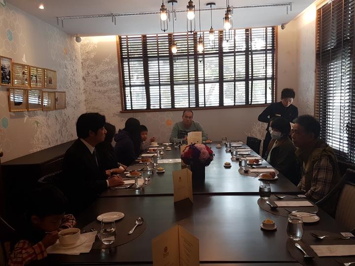 維冠大樓倒塌周年,台南市長賴清德今天宴請失去父母的孩子共進午餐。記者修瑞瑩/攝影