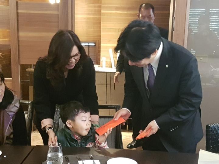 維冠大樓倒塌周年,台南市長賴清德今天宴請失去父母的孩子共進午餐,並分送紅包。記者修瑞瑩/攝影