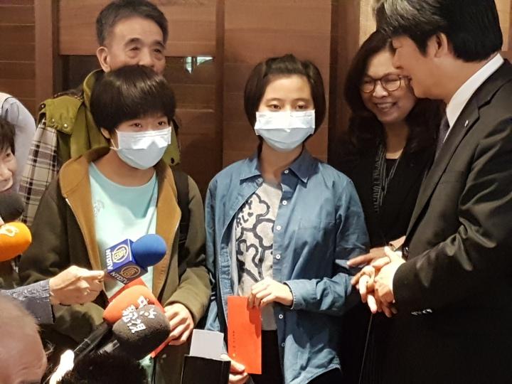 維冠大樓倒塌周年,台南市長賴清德今天宴請失去父母的孩子共進午餐,並分送紅包 記者修瑞瑩/攝影