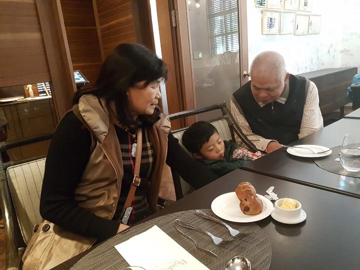 5歲父母雙亡的鄭淳祐,目前由祖父母照顧中 記者修瑞瑩/攝影