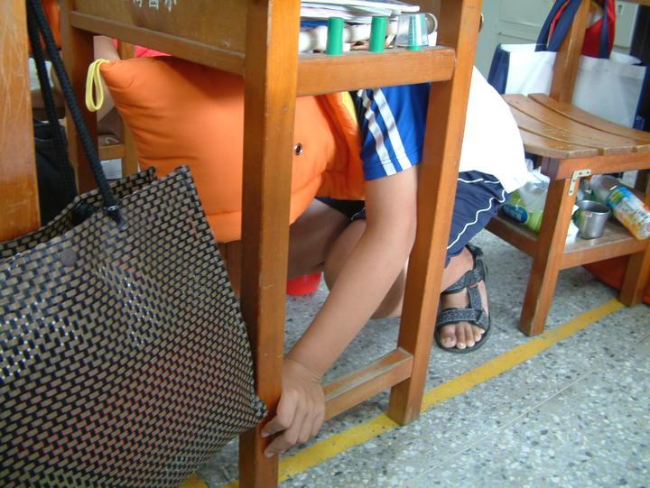 圖為國小地震防災演練,學生戴防災頭套做抗震保命3步驟。聯合報系資料照