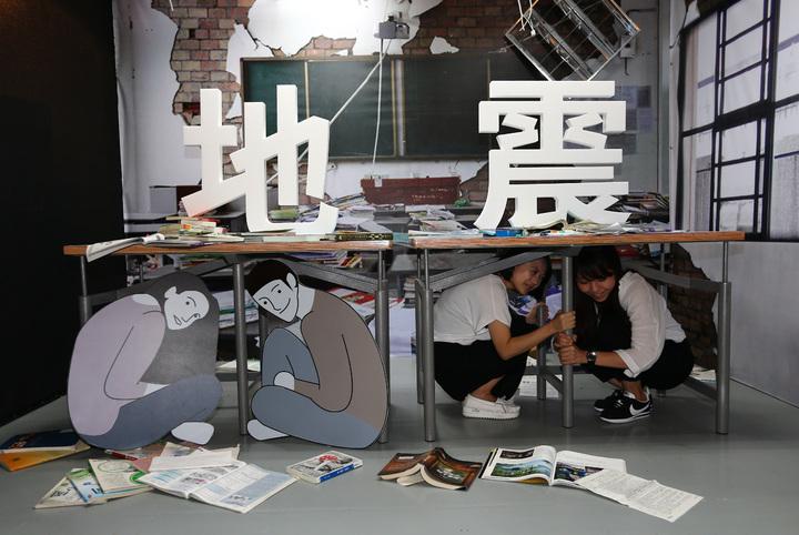 當地震發生時萬一人在室內,消防署說,應馬上躲到桌下,並做好「趴下、掩護、穩住並抓住桌腳」的抗震保命3步驟動作,比較安全。聯合報系資料照