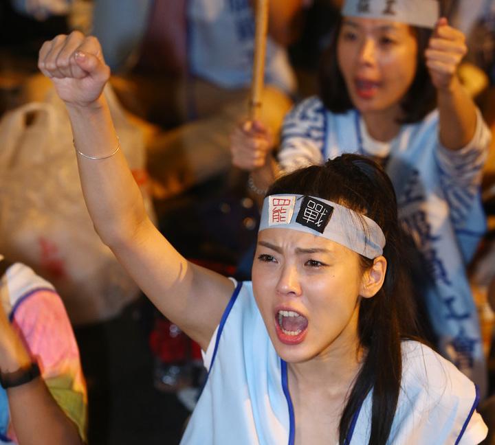 華航空服員去年抗議勞動條件不佳,走上街頭抗議,被鄉民譽為「顏值最高的抗議」。圖/本報系資料照片