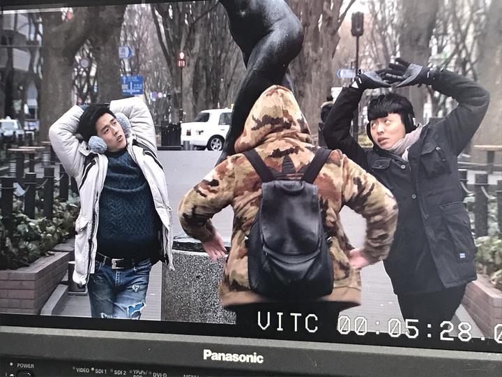 李博翔(左)、王上豪學雕像姿勢玩太high,不慎手機滑落摔地。圖/民視提供
