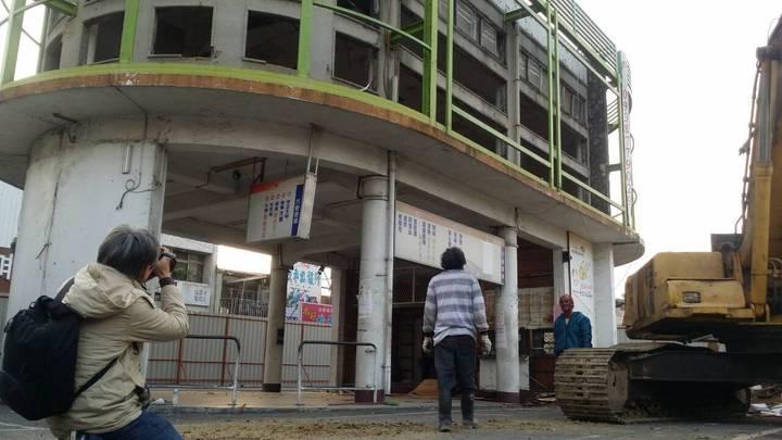 嘉義火車站前、55年歷史的嘉縣公車票亭即將拆除。記者王慧瑛/攝影