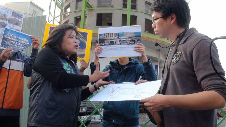 嘉義火車站前、55年歷史的嘉縣公車票亭即將拆除,公民團體發起連署爭取保留。縣議員王美惠(左)到場聽學生的意見。記者王慧瑛/攝影
