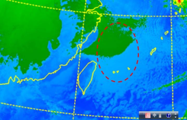 7日晨5時衛星雲圖顯示,受到大陸高壓沉降氣流的影響,台灣陸地上都很晴朗,海面上則有近地層東北風經混合作用,而產生穩定的層狀雲(紅圈);雲頂溫度零度以下呈綠色,零度以上則呈淺藍。圖/吳德榮洩天機教室