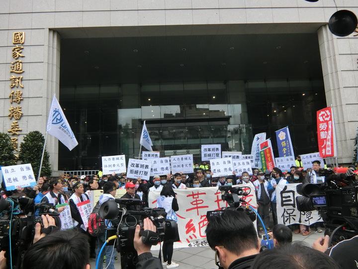 不滿員工合法休假卻遭懲處,台鐵產業工會約200人今天下午1點半於交通部集合抗議,要求改革班表。記者董俞佳/攝影