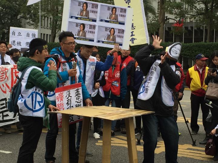 台鐵產業工會今天上街抗議在春節依法休假,卻遭鐵路局寄出曠職單,演出「拍桌狀況劇」,諷刺總統蔡英文背信。記者許家瑜/攝影