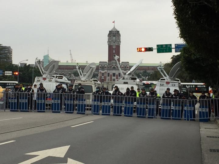 警方在凱道前建置多名警力,假設鐵馬護欄及蛇籠,以防衝突發生。記者許家瑜/攝影