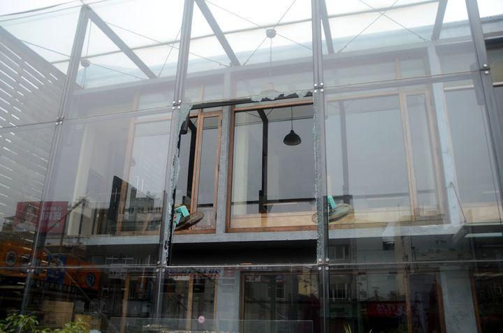 台南市海安路商圈一餐廳玻璃窗應聲碎裂,所幸無人受傷。記者邵心杰/攝影