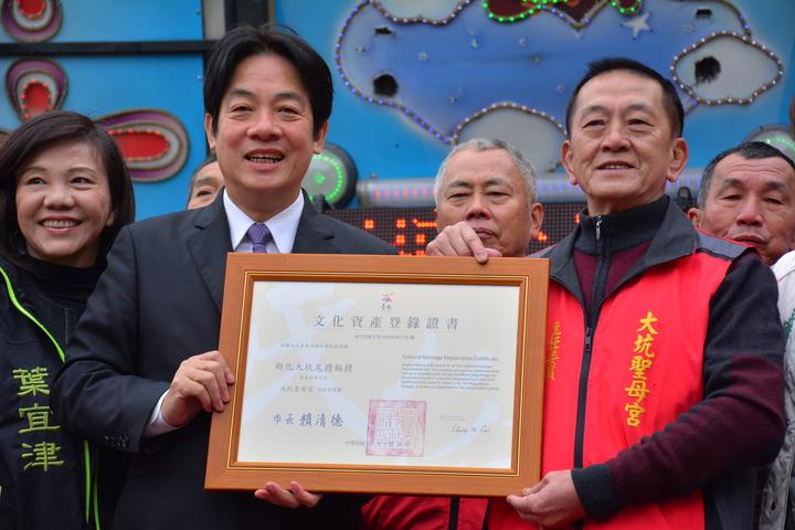 台南市長賴清德(左)頒發「新化大坑尾擔飯擔」市定民俗證書。記者吳淑玲/攝影