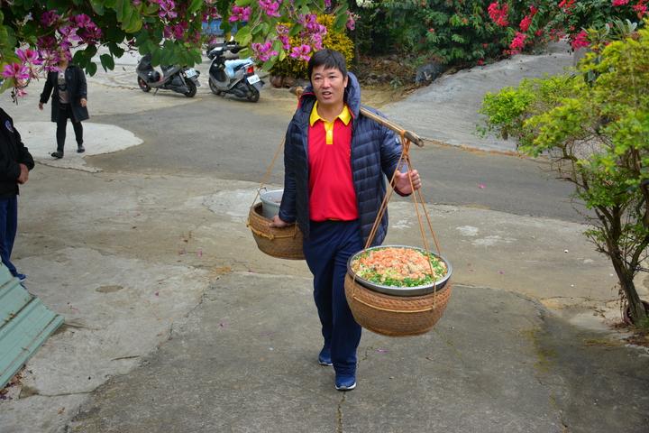 台南市新化大坑尾居民用扁擔挑「飯擔」送到聖母宮。記者吳淑玲/攝影