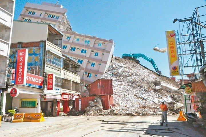 去年南台大震今剛滿一年,是許多家庭心裡難以抹滅的疼痛,新化區京城大樓倒塌沒有造成傷亡,是不幸中的大幸。圖/報系資料照