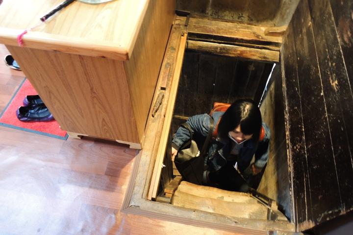 百年歷史的老街屋,通往2樓的樓梯僅1人寬,每次只能1人踩上樓梯。記者曹馥年/攝影