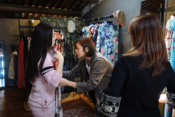 「旗跑」店主人妃妃、喜樂,在台南市神農街49號2樓的百年街屋展店。記者曹馥年/攝影