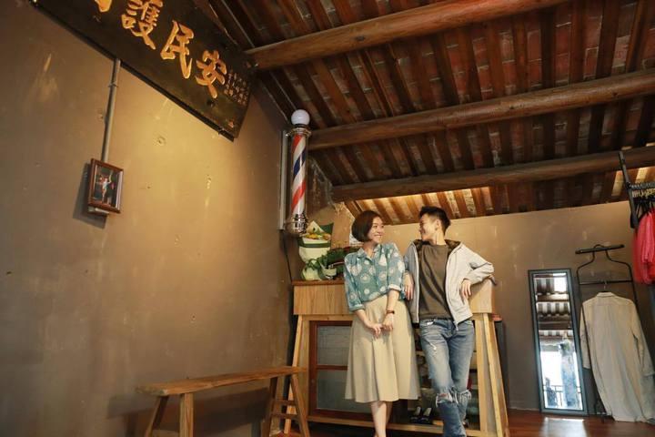 「旗跑」店主人妃妃(左)、喜樂(右),在台南市神農街49號2樓的百年街屋展店。圖/旗跑提供