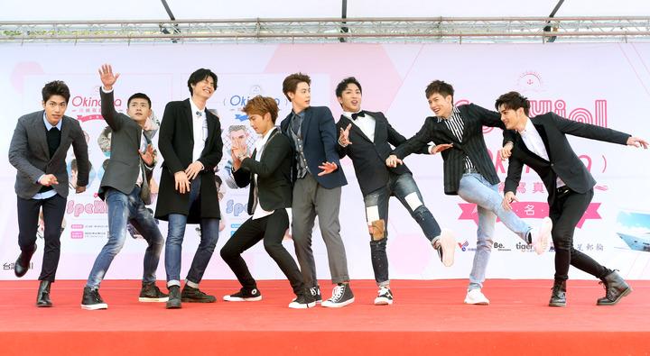 SpeXial在台北舉辦寫真書簽名會,偉晉、明杰、子閎、Teddy、Evan、風田、以綸、易恩八人到場,現場粉絲好嗨。記者屠惠剛/攝影