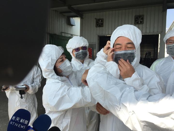 台南市議員賴惠員(左)幫市長賴清德(右一)調整防護衣。記者吳政修/攝影