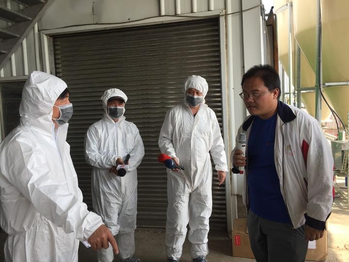 生物產業機電工程學系博士沈葆南經營的蛋雞場,將飼料廠設在外面,而且24小時自動噴霧消毒。記者吳政修/攝影