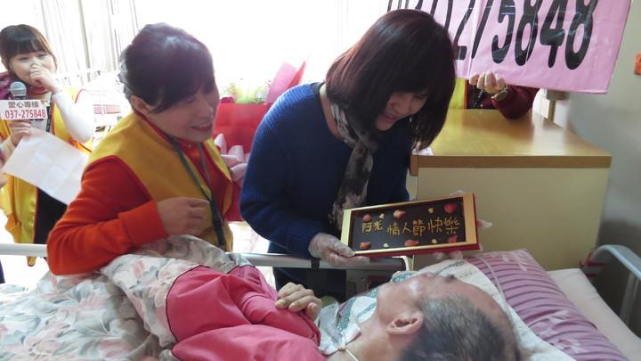 結婚31年的婦人李秀英(右一)今天第一次過情人節,向植物人丈夫「阿光」告白。記者范榮達/攝影