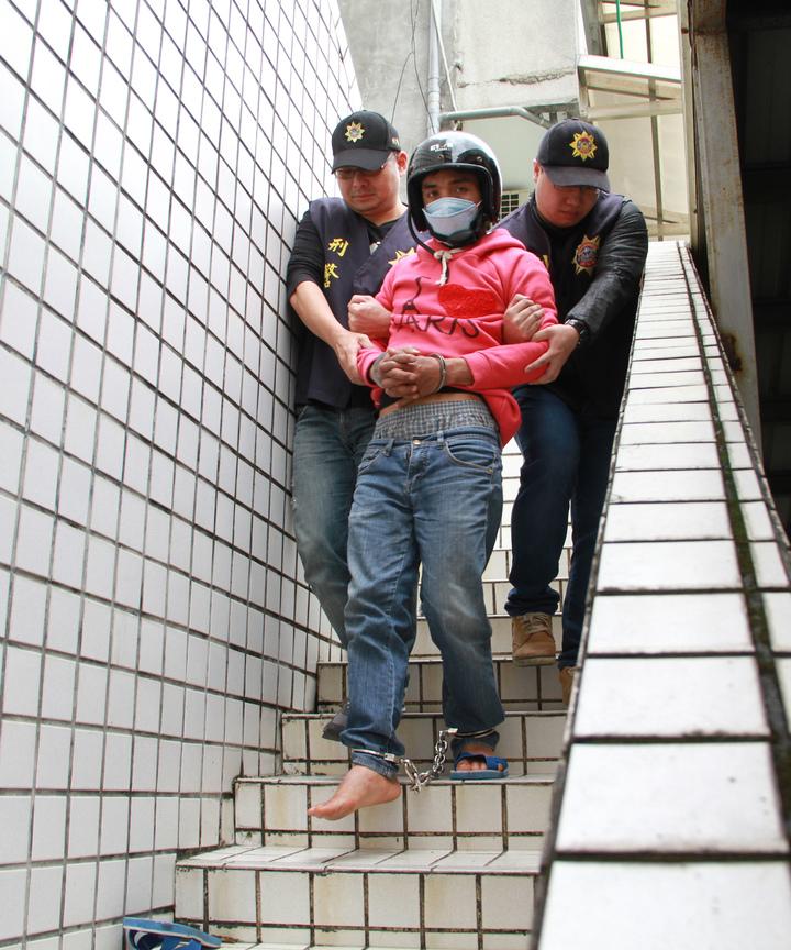 涉嫌殺女友的印尼籍勞工阿杜,被捕後神情恍忽,下樓梯時,連拖鞋都掉了一 隻,對涉嫌殺害女友,辯稱是中邪了。記者羅建旺/攝影