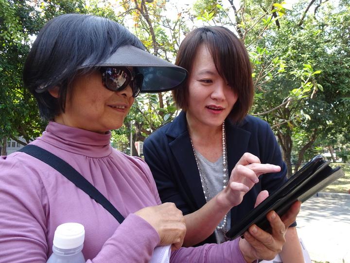 陳怡瑄(右)在指導學員使用3C產品的過程中,蒐集了許多資料寫成講義,最後出版成書。記者翁禎霞/攝影