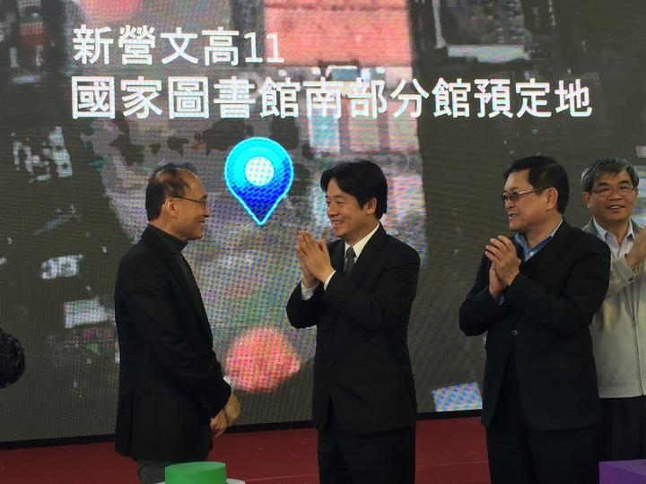 國家圖書館南部分館落腳台南新營,台南市長賴清德(左2)為行政院長林全(左1)拍手。記者吳政修/攝影