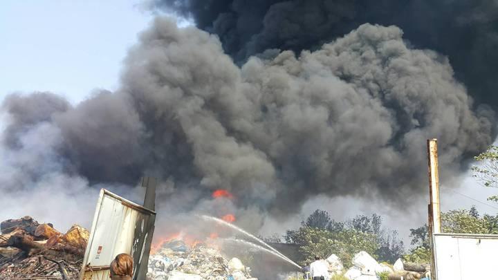 苗栗市大坪頂千坪資源回收場大火,濃煙衝向天際。圖/讀者提供