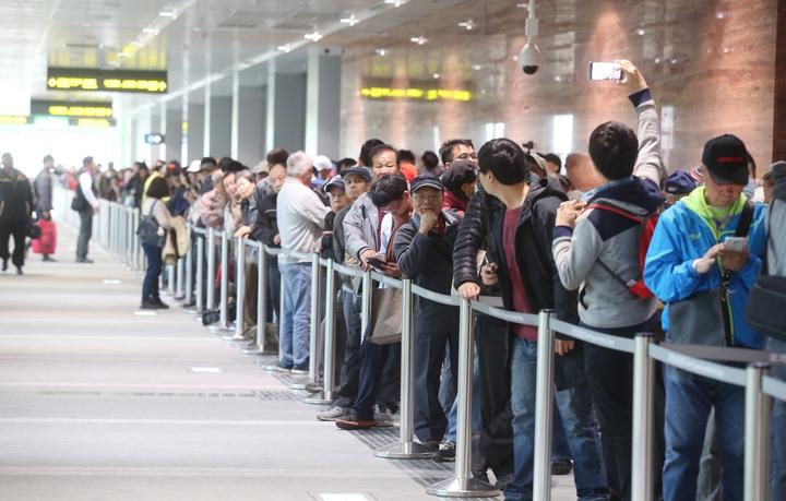 機場捷運今天開放一般民眾自由試乘,一早就有許多民眾在機捷A1站排隊。記者高彬原/攝影