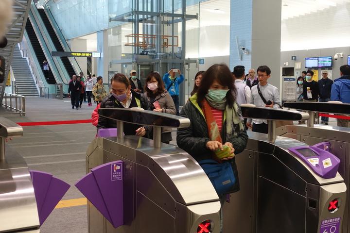 桃園機場捷運今天開放自由試乘,不少民眾直言超期待,一早就有人來排隊體驗。記者邱瓊玉/攝影