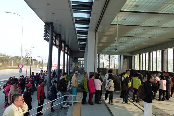 第1波號碼牌發完,A21站還有不少民眾等下一波發牌。記者鄭國樑/攝影