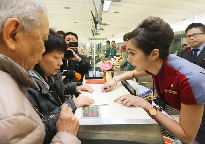 機捷首次開放預辦登機及託運行李,首位預辦登機的林小姐(左二)與家人前往華航櫃檯報到。記者陳正興/攝影