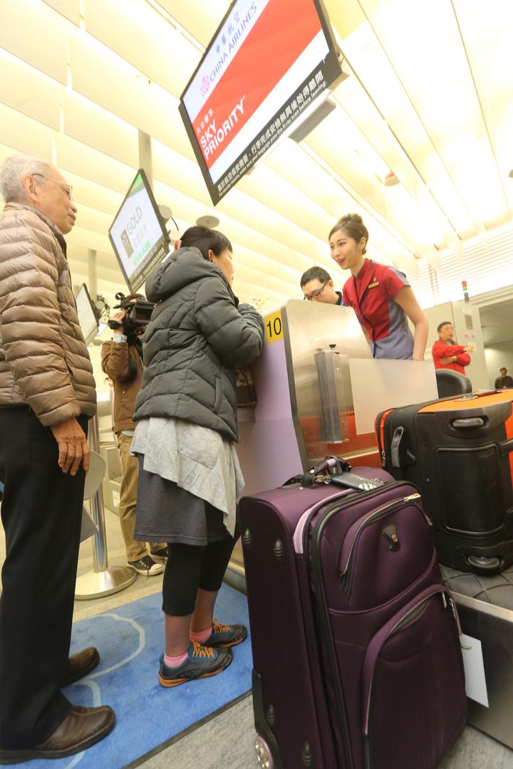 機捷首次開放預辦登機及託運行李,首位預辦登機的林小姐與家人前往華航櫃檯報到。記者陳正興/攝影
