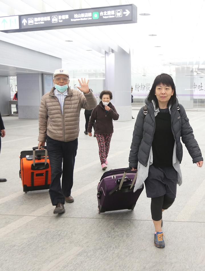 機捷首次開放預辦登機及託運行李,首位預辦登機的林小姐(右)與家人前往華航櫃檯報到。記者陳正興/攝影