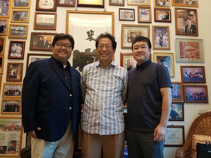 汪笨湖(中)曾擔任三立電視戲劇監製,今晨傳出病重辭世,享壽63歲。圖/笨湖心聲提供