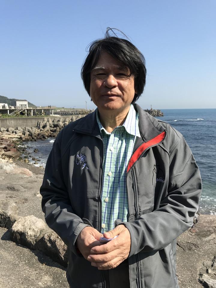 海大教授程一駿,請漁民發現受困海龜馬上通報。記者吳淑君/攝影