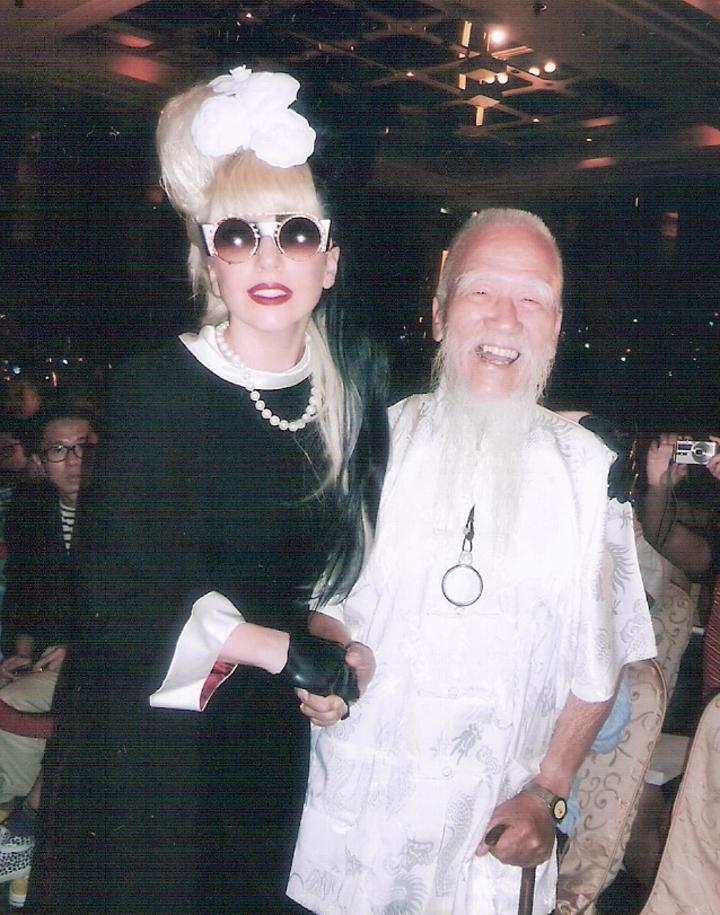 2011年美國著名歌手女神卡卡Lady Gaga來台灣時,指定要吳敦厚的燈籠,還熱情挽著燈藝大師。圖/吳怡德提供