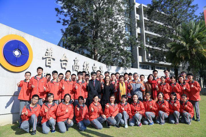 普台高中校長林秋惠(第2排右7)和學測級分優異學生開心合影。圖/普台高中提供